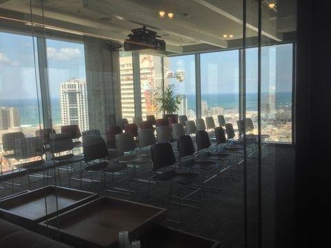 חדר ההדרכות של החברה, אותו היא מכנה ״ג׳ים״