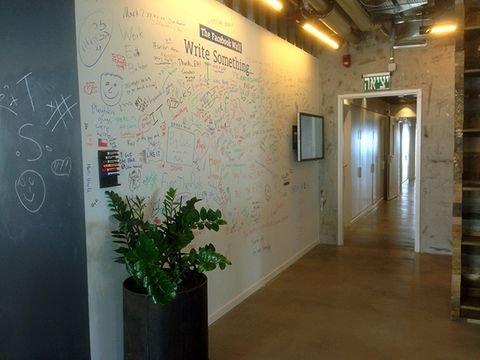 הקיר המסורתי של פייסבוק במשרדיה בכל רחבי העולם