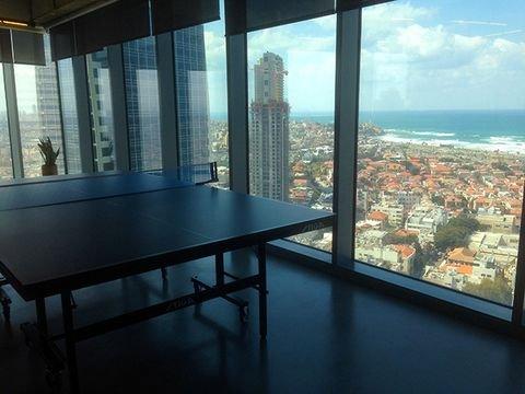 ויש גם שולחן פינג-פונג, אם כי לא ברור אם הוא משמש לתפאורה או ממש לפנאי