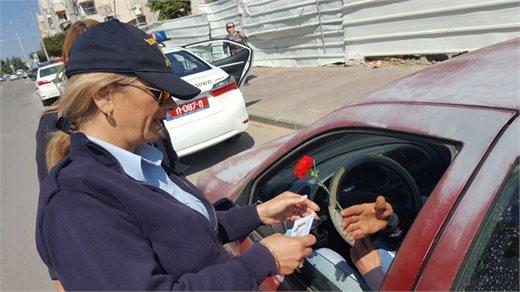 שוטרי התנועה מחלקים דוחות חיוביים | צילום: דוברות המשטרה