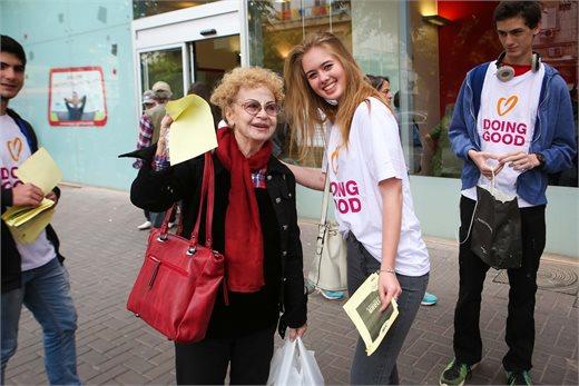 תלמידי תיכון יצאו לשמח ברחובות נתניה | צילום: אריק סולט